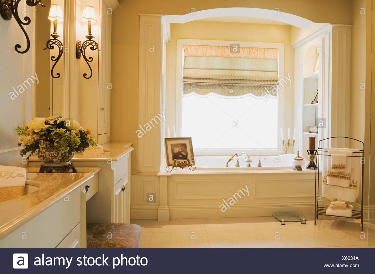 Salle de bains moderne avec unités de vanité en bois blanc à ...