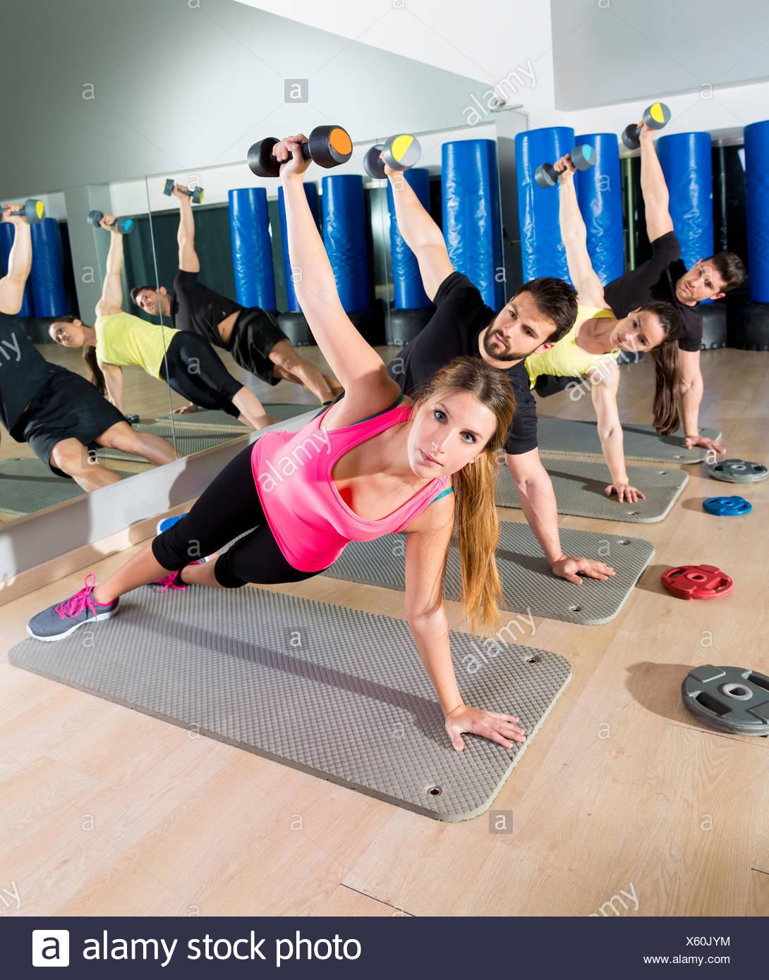 Push up group haltère entraînement fonctionnel du circuit au niveau de remise en forme. Photo Stock
