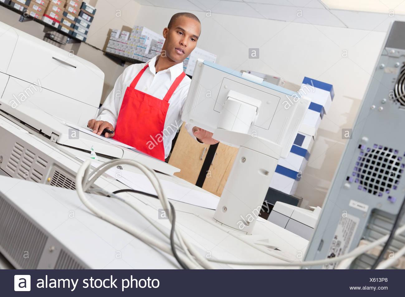 Machine d'impression d'exploitation de l'homme à appuyer sur Photo Stock