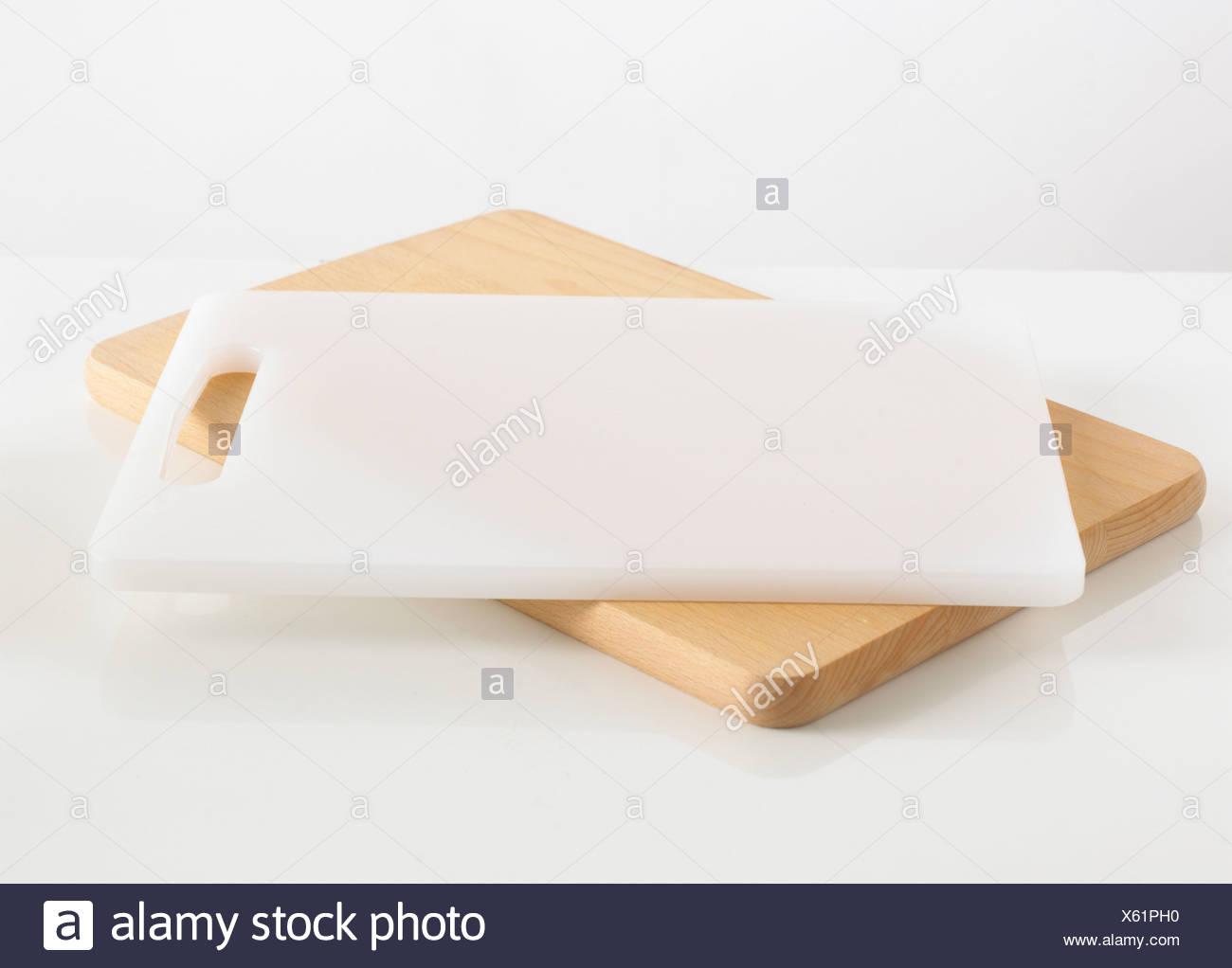 Planche à découper en bois et blanc contre un fond blanc Photo Stock