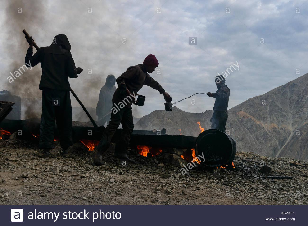 Travaux de construction de routes, fait dans de très mauvaises conditions pour les travailleurs, Leh, Ladakh, le Jammu-et-Cachemire, l'Inde Photo Stock