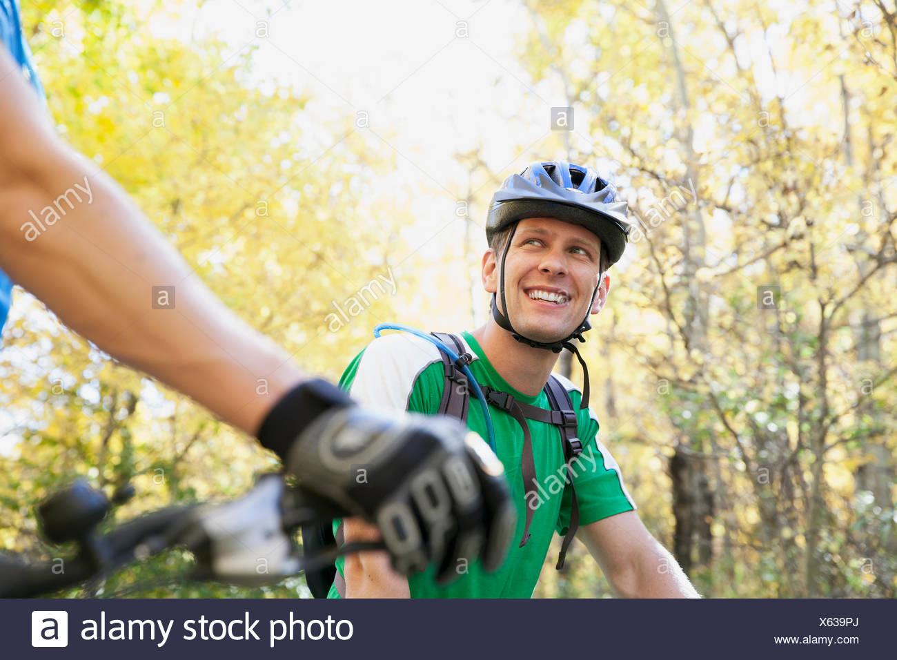 L'homme en se tournant vers cycliste partenaire. Photo Stock