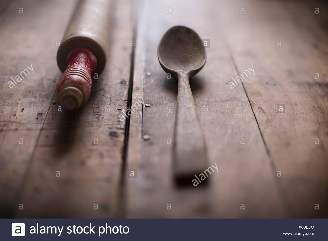 Cuillère en bois ancien et de rouleau à pâtisserie sur la surface en bois rustique. Photo Stock