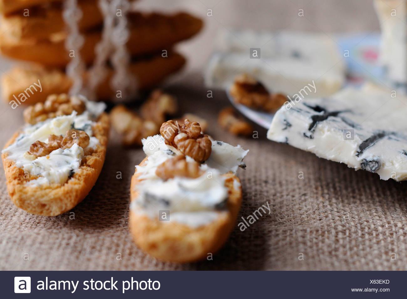 Pain grillé suédois avec fromage gorgonzola et noix Photo Stock