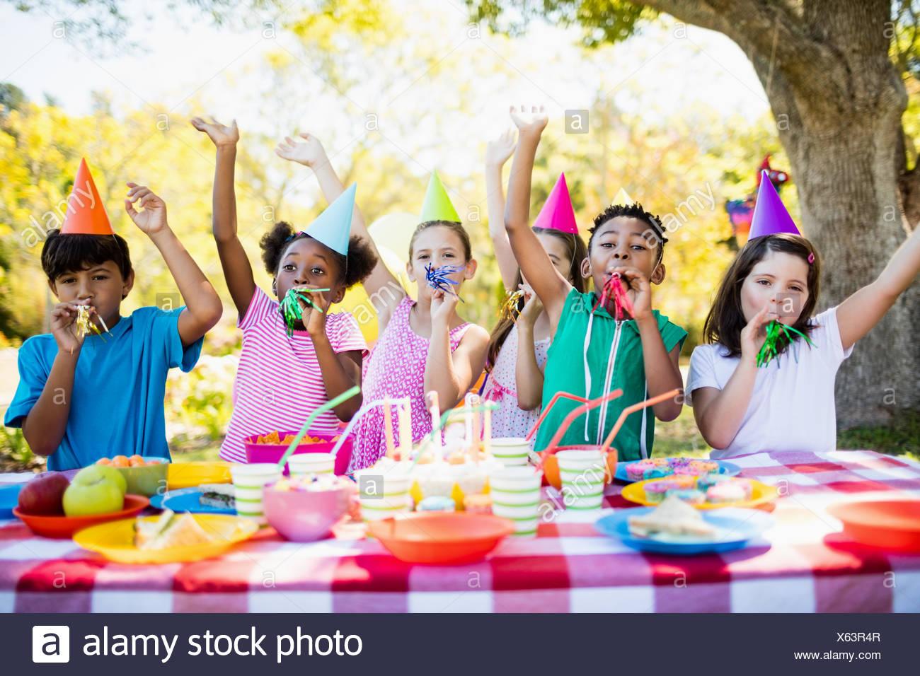 Les enfants s'amusant mignon pendant une fête d'anniversaire Photo Stock