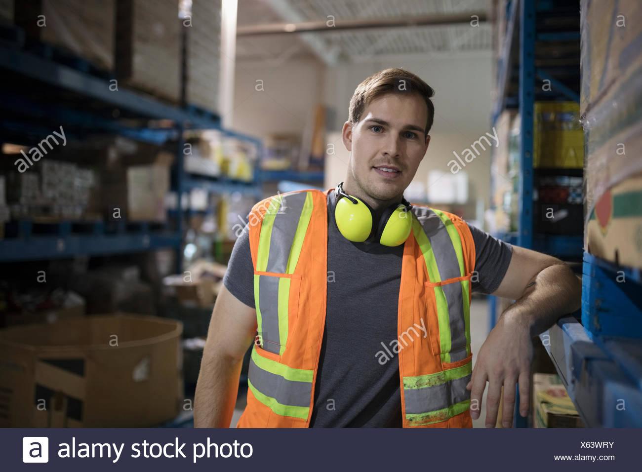 Portrait confiant travailleur masculin dans l'entrepôt de distribution Photo Stock