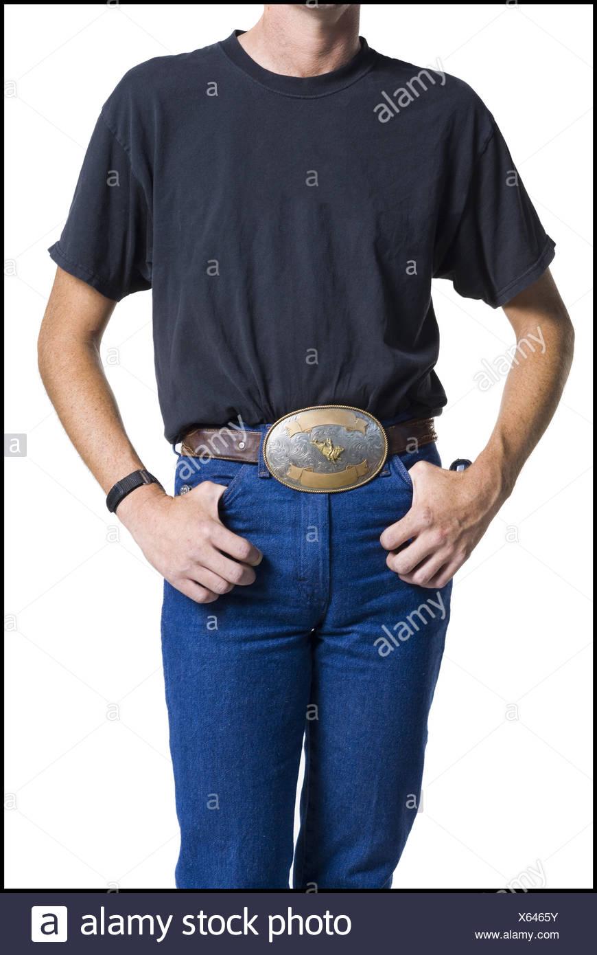 c4e3a7ff406 Au milieu du corps svelte jeune homme portant une grande boucle de ceinture