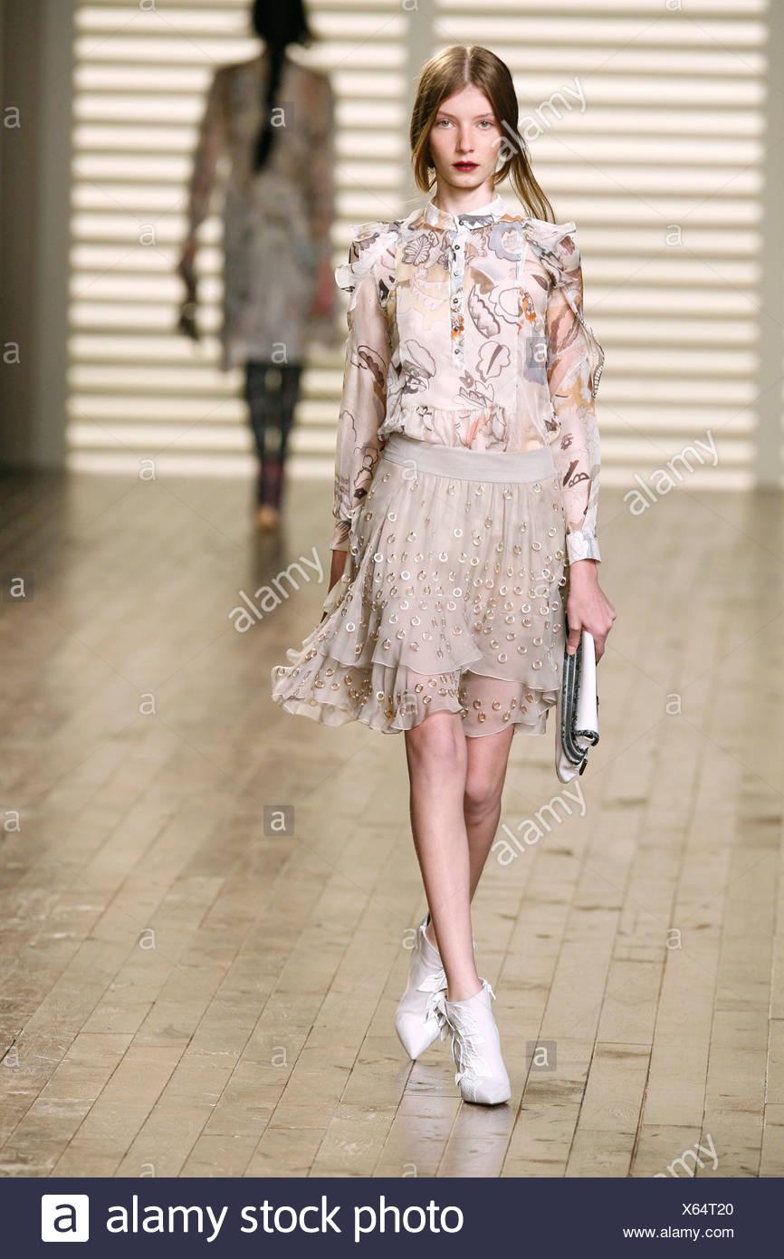 Chloe Paris Prêt à Porter Automne Hiver mannequin portant un chemisier à motifs  floraux en mousseline de fioritures et une jupe beige silver 0b2d198e2d3