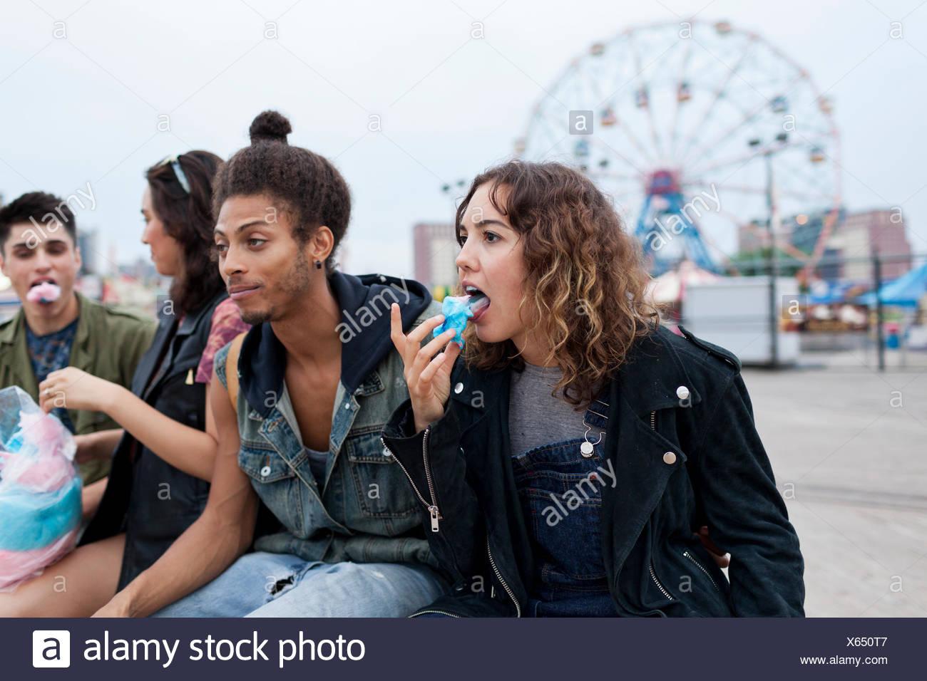 Friends eating Cotton Candy dans un parc d'attractions Photo Stock