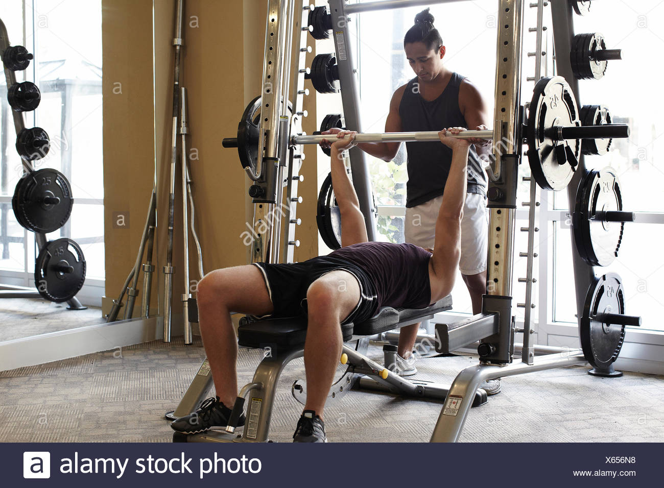 Les amis de sport en haltérophilie Photo Stock