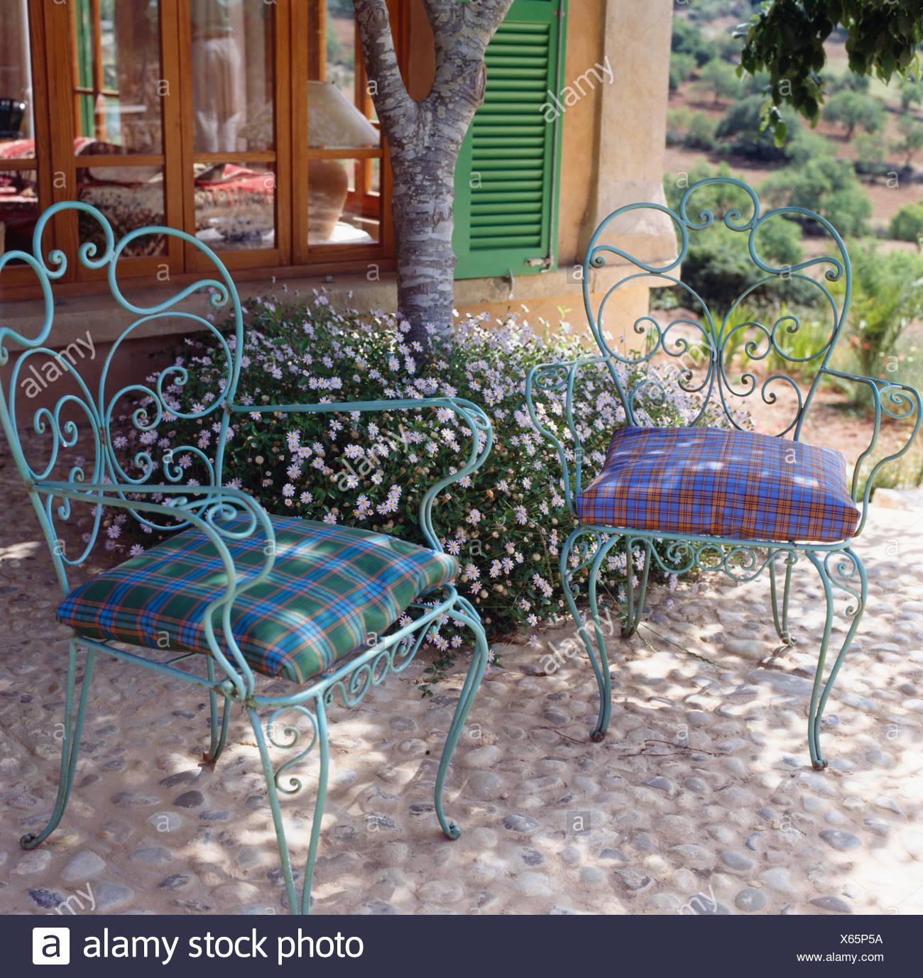 Vérifié sur des coussins de chaises en métal bleu orné sur ...