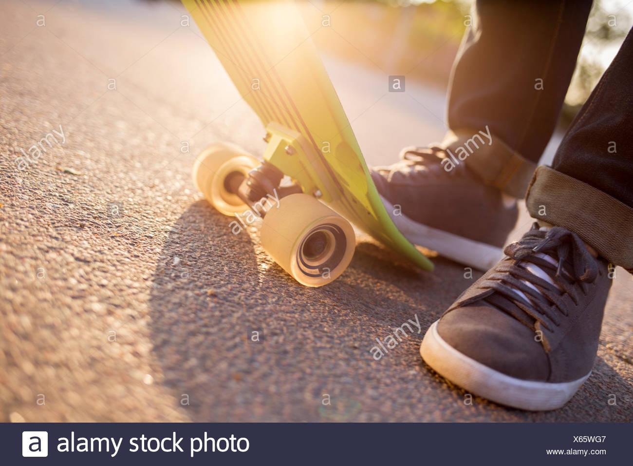 La Suède, les pieds de l'homme avec skateboard Photo Stock