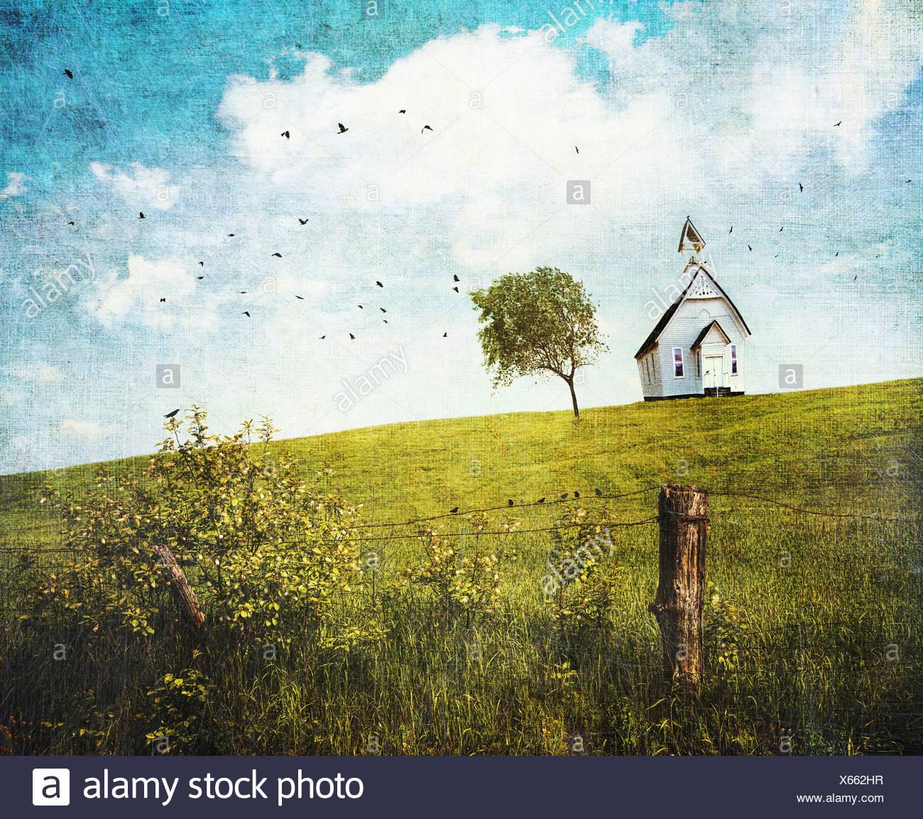 Old country school house sur une colline against a blue sky Banque D'Images