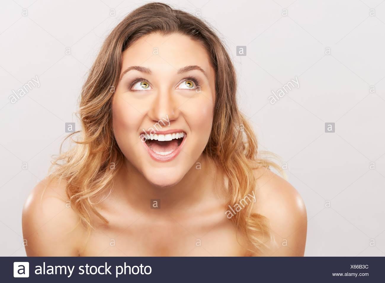 Jeune femme aux épaules nues de rire Photo Stock