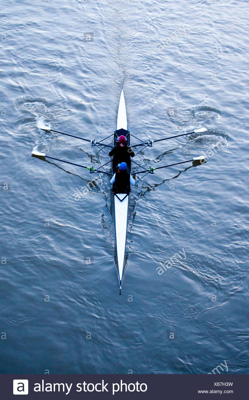 Au cours de la formation dans un rameurs aviron, deux sans barreur paire sur la rivière Main, Frankfurt am Main, Hesse, Germany, Europe Photo Stock