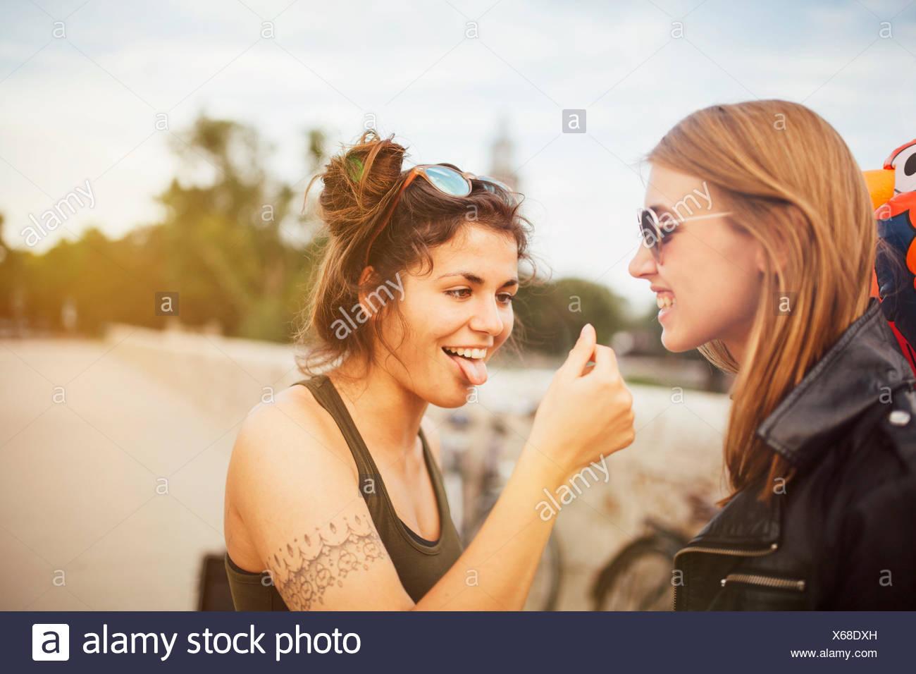 Deux jeunes femmes faire de bêtises Photo Stock