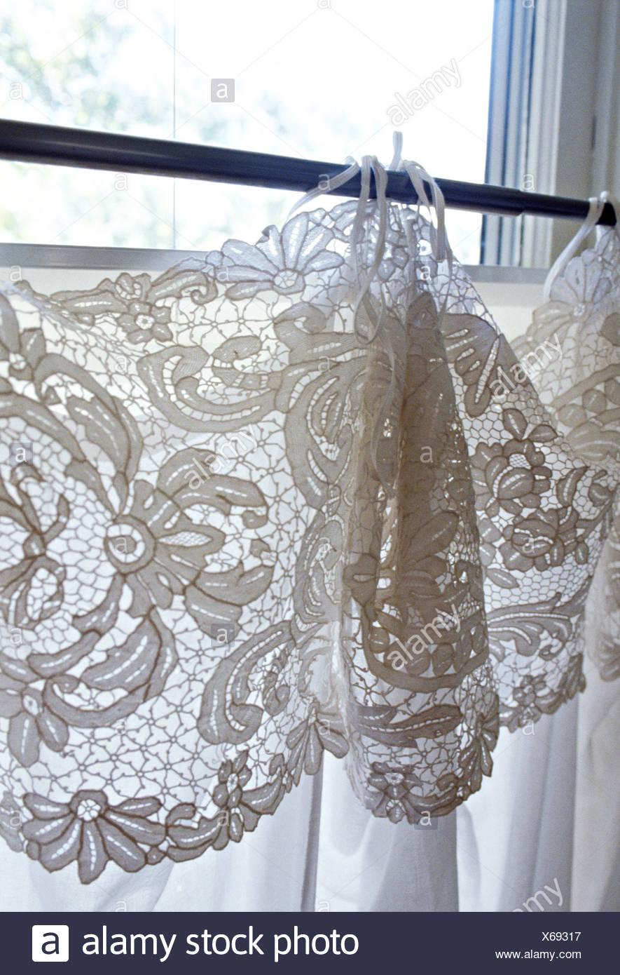 Close-up de fenêtre avec dentelle blanche sur les rideaux de coton ...