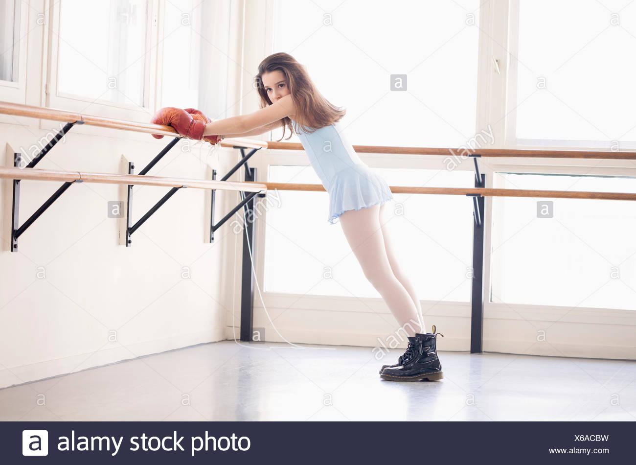 Girl s'exercer dans un club de santé Photo Stock