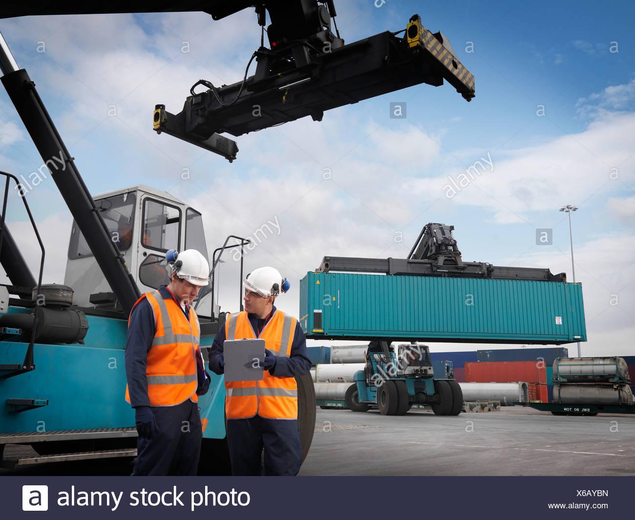 Les conteneurs d'expédition et de travailleurs portuaires Photo Stock