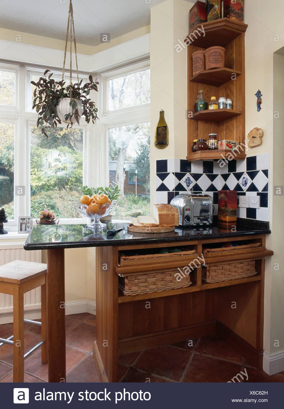 Rangement Petit Dejeuner Cuisine petite étagère en bois recouvert de granit au-dessus d'un