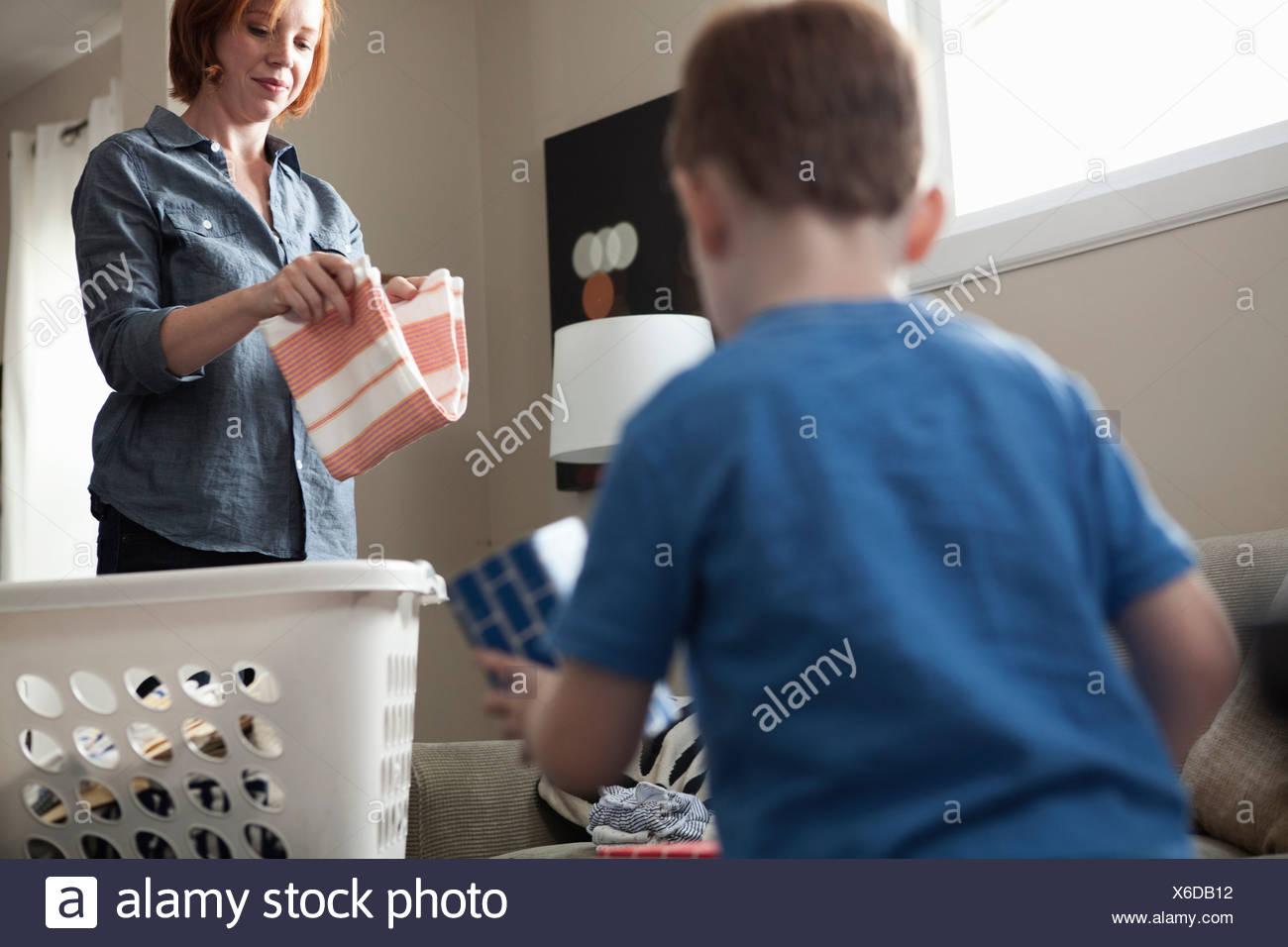 Tri mère blanchisserie, fils de jouer Photo Stock