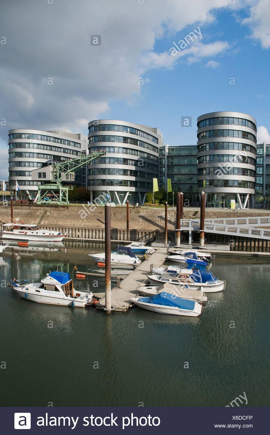 Les bateaux de plaisance sur un quai, Duisburg Inner Harbour Marina, en face de la Cinq bateaux office complex, Rhénanie du Nord-Westphalie Photo Stock