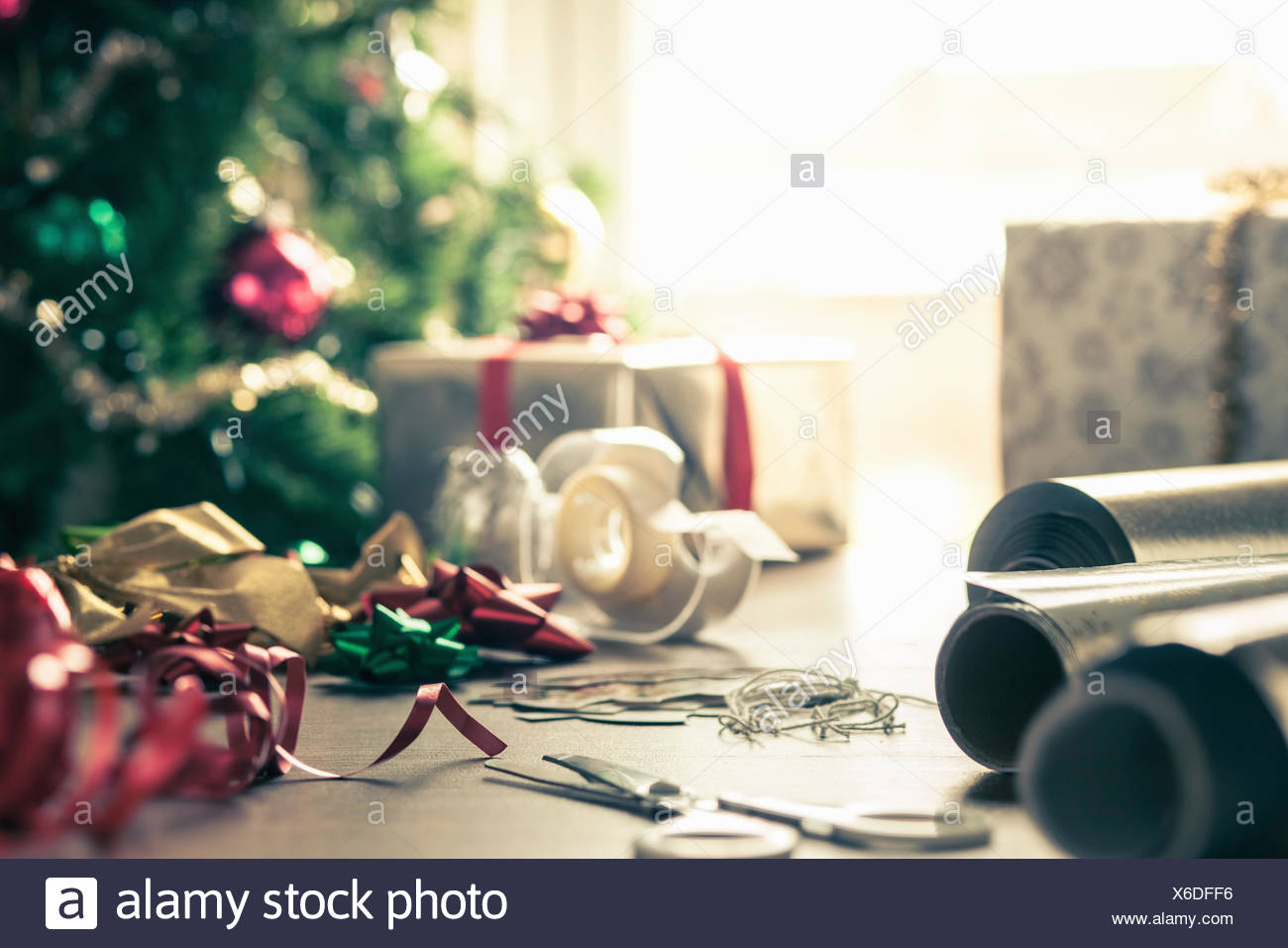 Papier d'emballage et les rubans de Noël Photo Stock