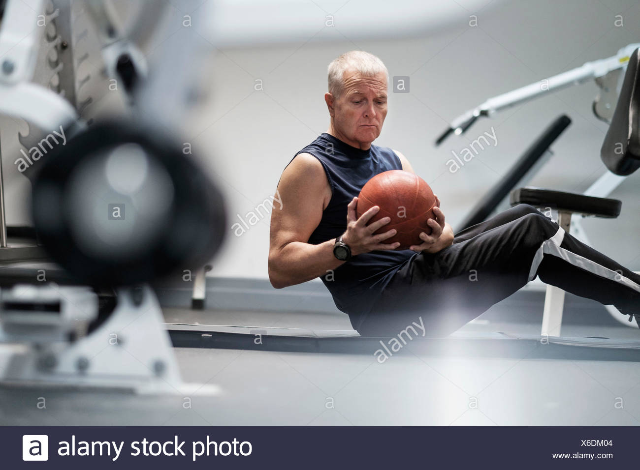 L'homme à un club de santé exercising with ball Photo Stock
