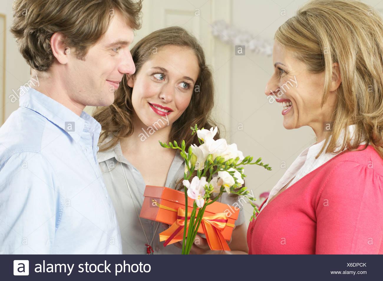 Deux personnes donner un cadeau à une autre personne Photo Stock