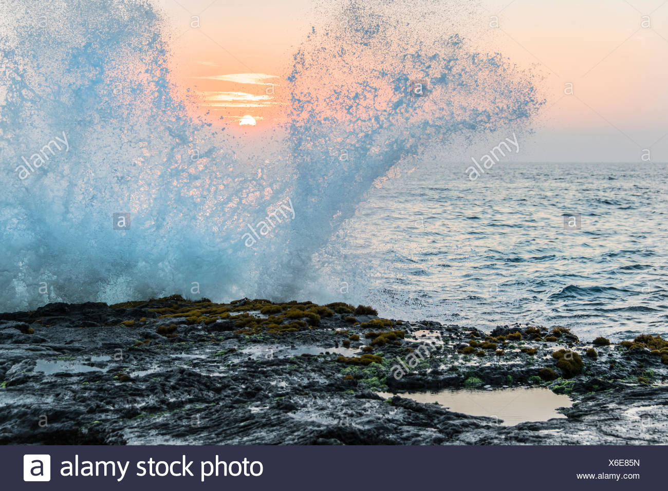 Les vagues se brisant, Wawaloli Beach Park, New Jersey Island (Big Island). Les îles Hawaïennes, le centre de l'océan Pacifique, USA Photo Stock
