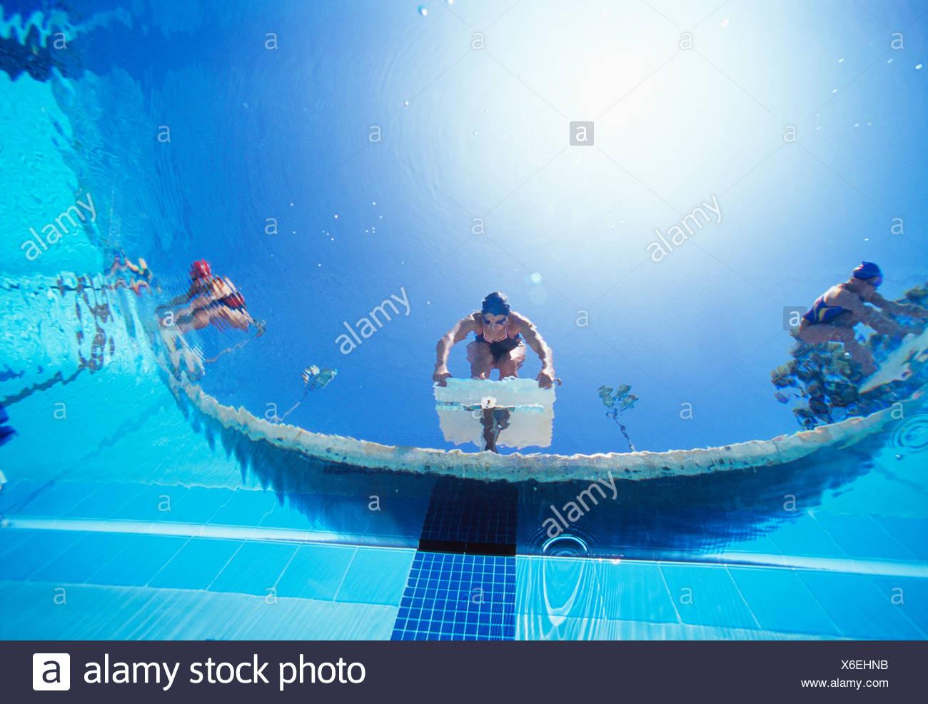De faibles nageurs ngle prêt plongée en piscine à partir de la position de départ Photo Stock