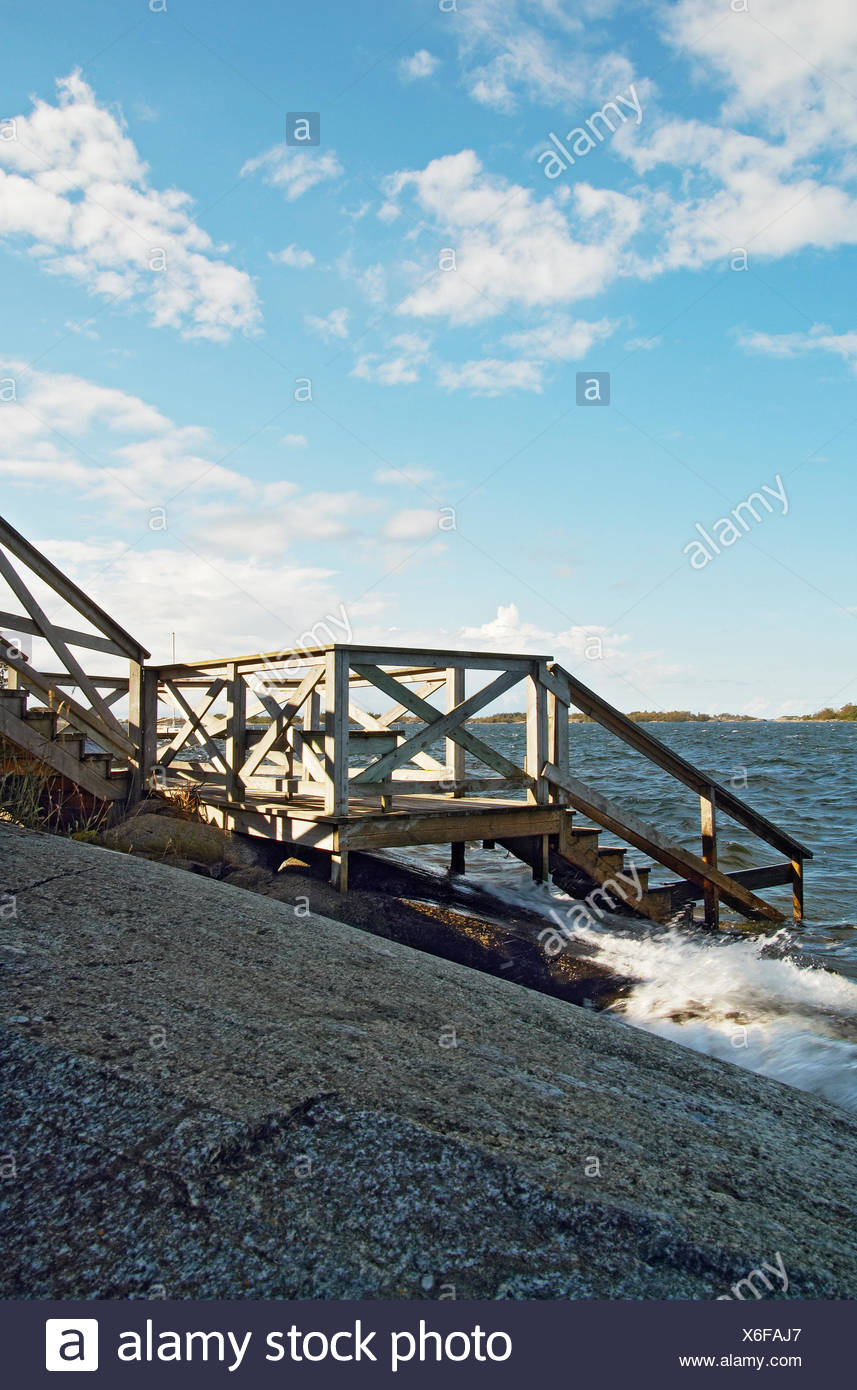 La Suède, l'Uppland, Fejan, escalier en bois menant à la mer Banque D'Images