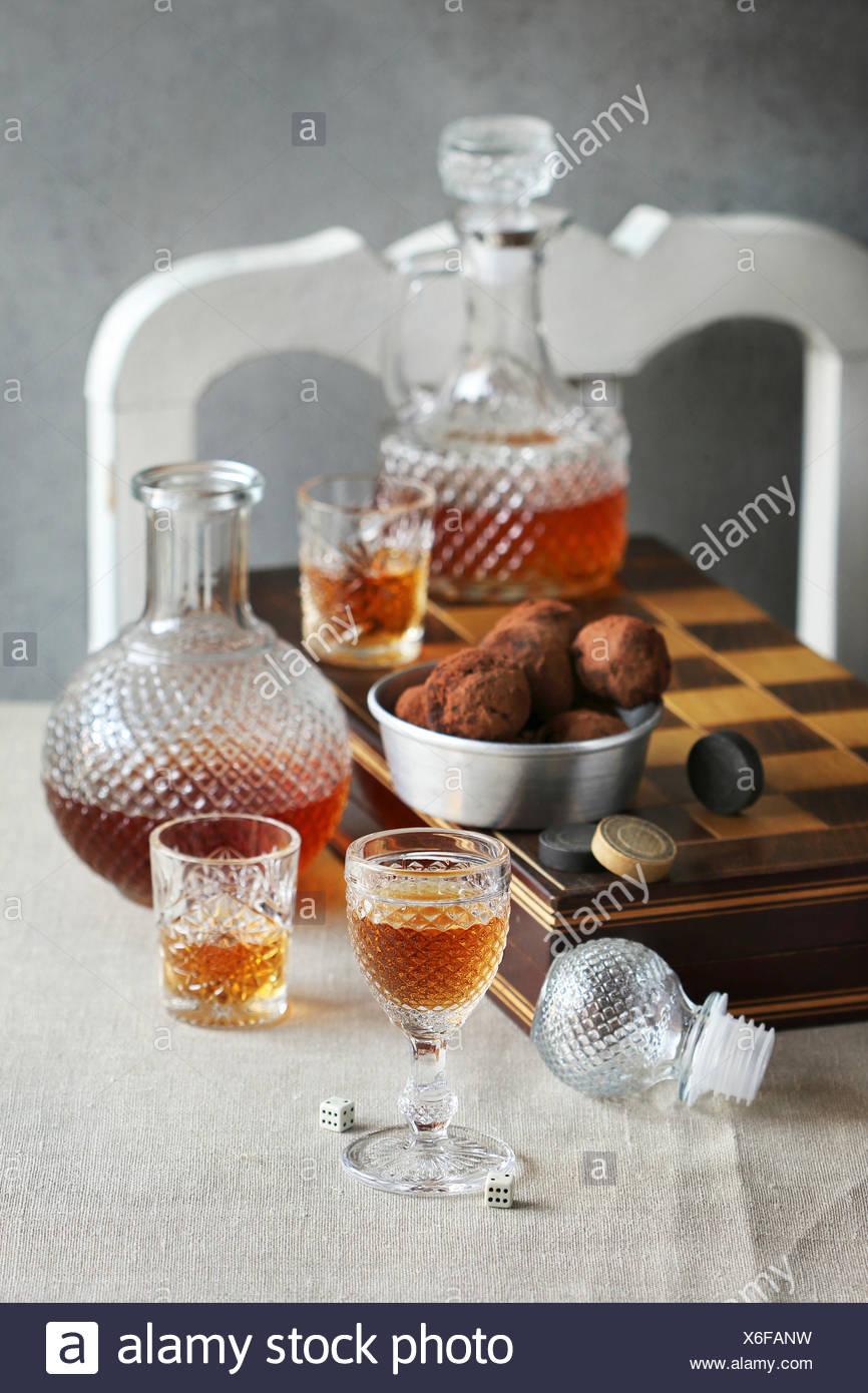 La vie toujours avec les verres et les bouteilles de liqueur et sur une table de backgammon Banque D'Images