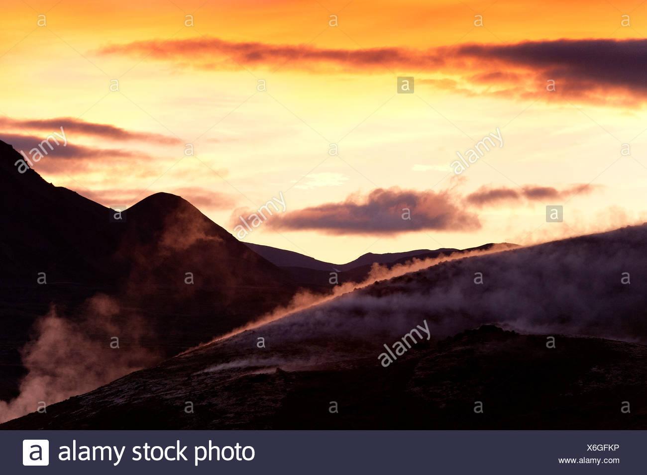 L'augmentation de la vapeur, de l'énergie géothermique, près du lac Myvatn, le nord de l'Islande, de l'Europe Photo Stock