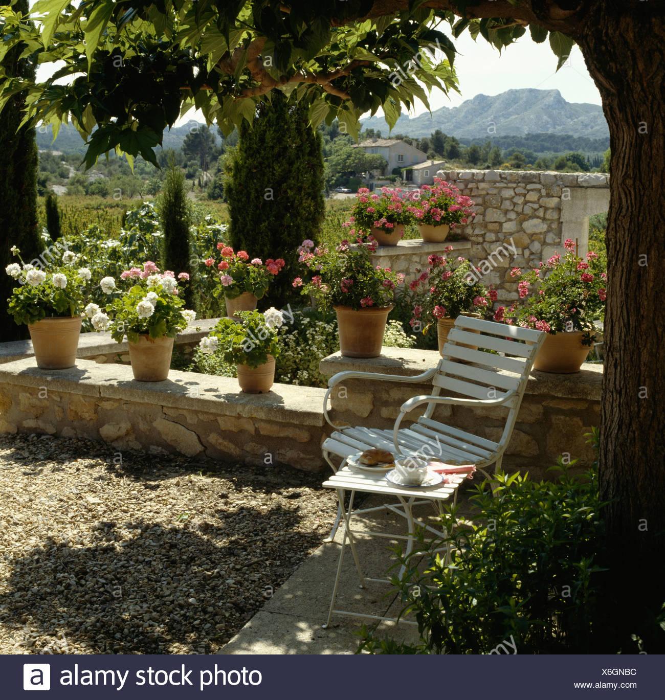 Gravier Ombrage Terrasse Avec Fauteuil De Jardin Blanc Et Rangee De