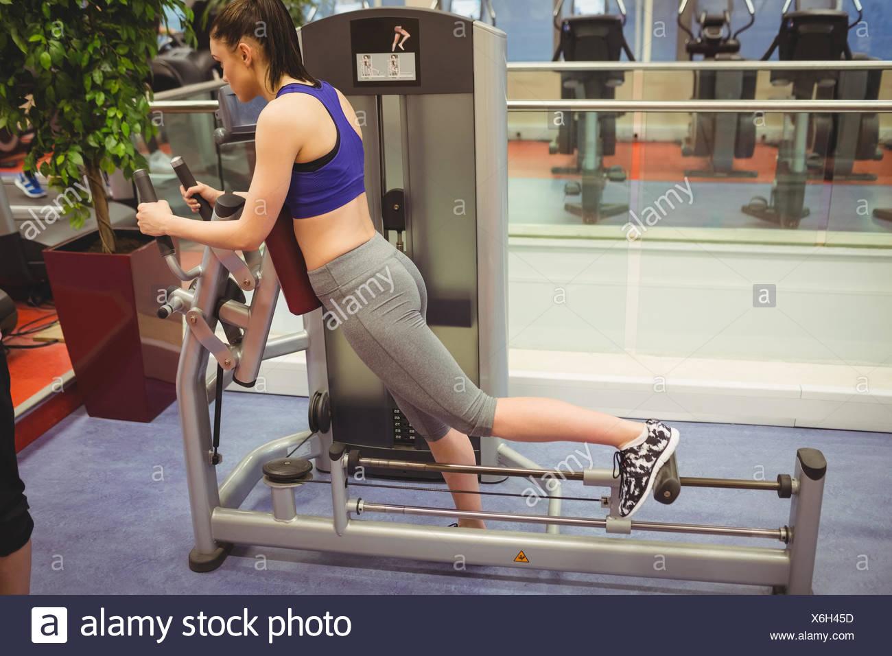 En utilisant l'équipement d'exercice fit woman Photo Stock