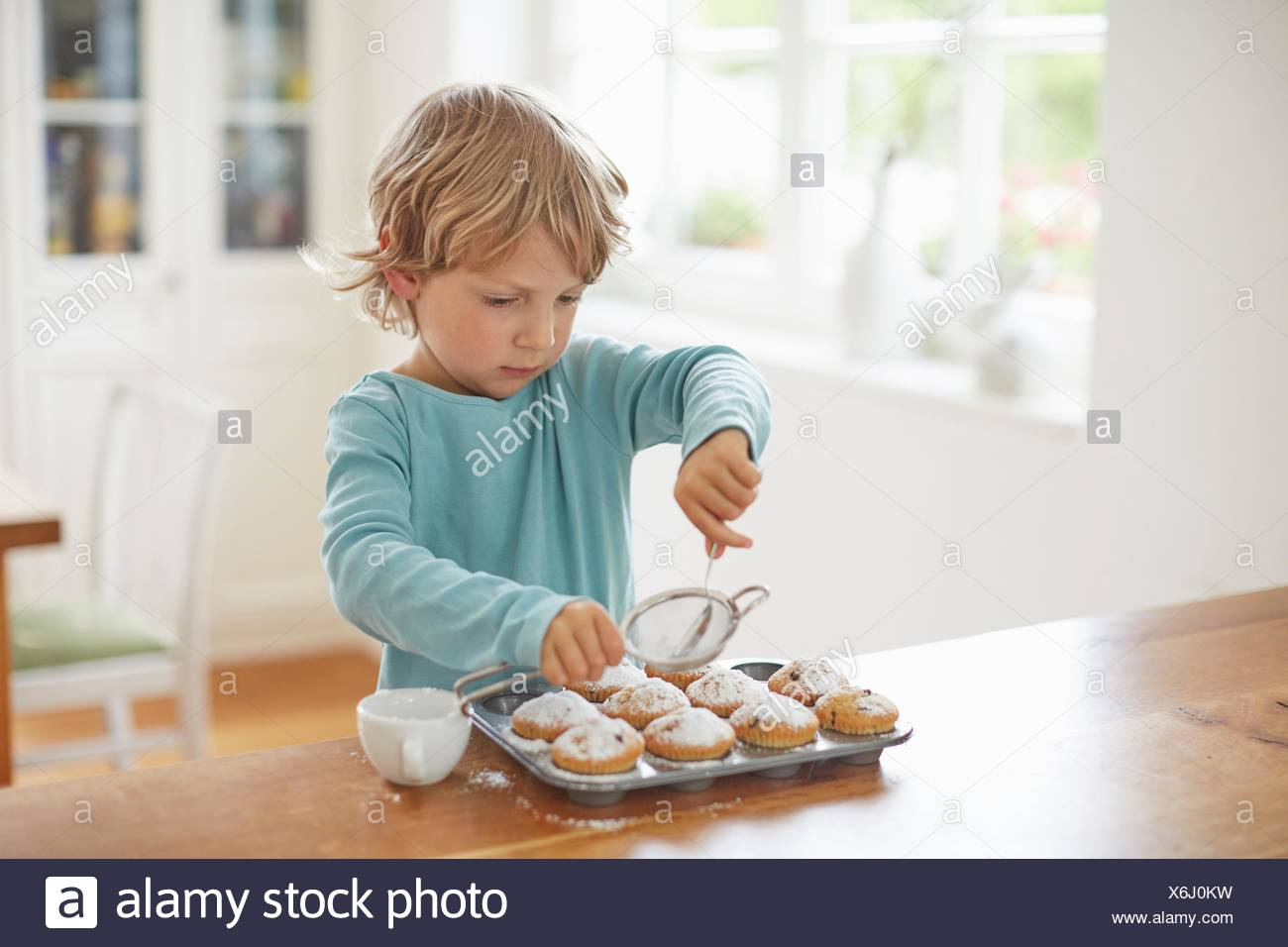 Boy making cupcakes dans la cuisine Photo Stock