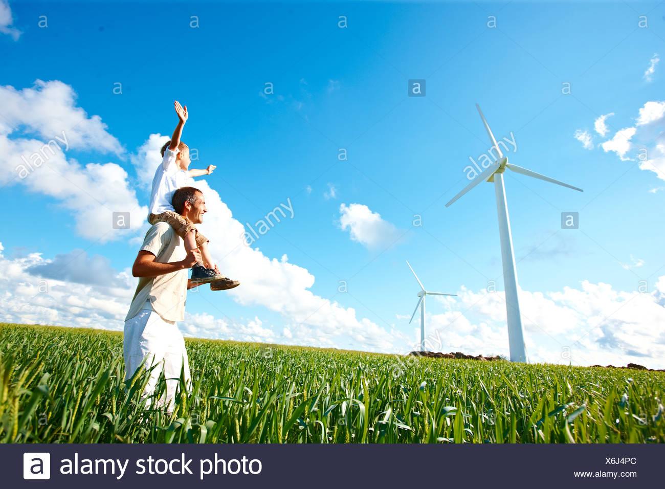 Plus loin et son wind turbine Photo Stock