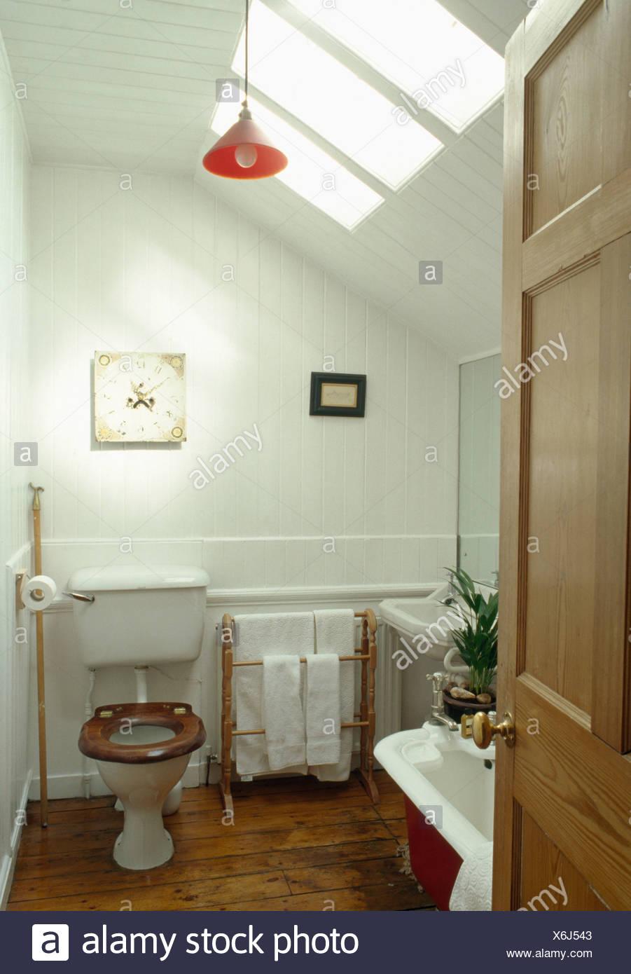 Toilettes avec siège en bois blanc dans les petites salle de bains ...