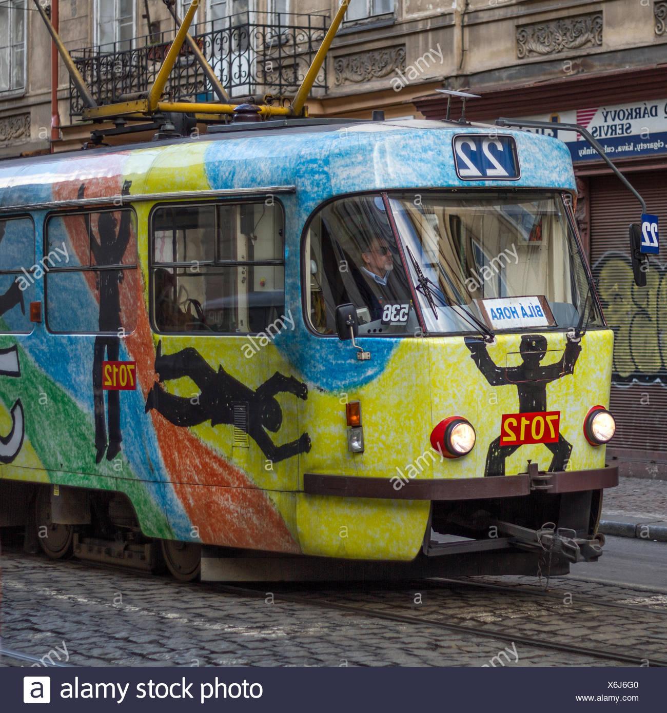 Le tramway nostalgique à travers Prague Photo Stock