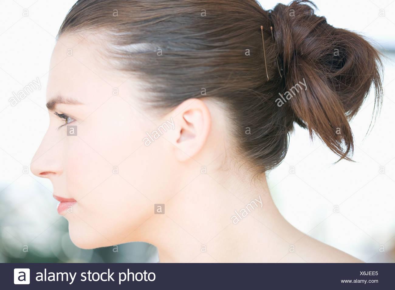 profil de jeune femme la t te avec les cheveux attach s en arri re banque d 39 images photo. Black Bedroom Furniture Sets. Home Design Ideas
