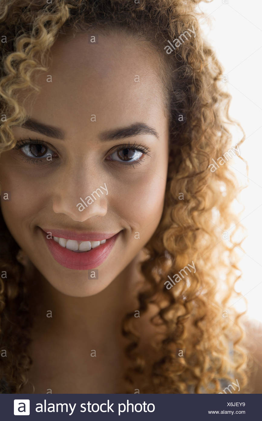 Close up of smiling woman avec les cheveux bouclés Photo Stock