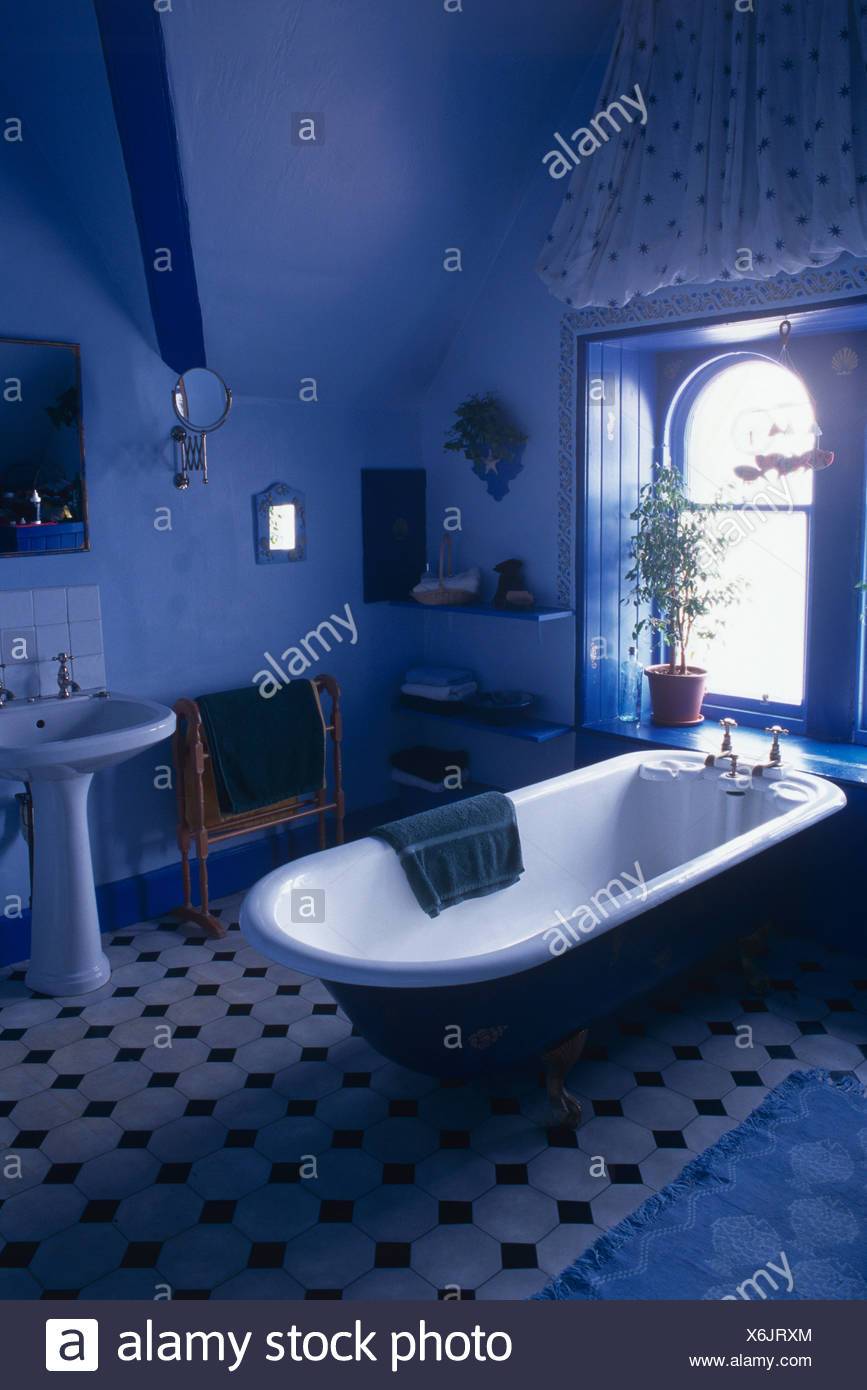 Baignoire à la fenêtre ci-dessous en bleu lumineux salle de ...
