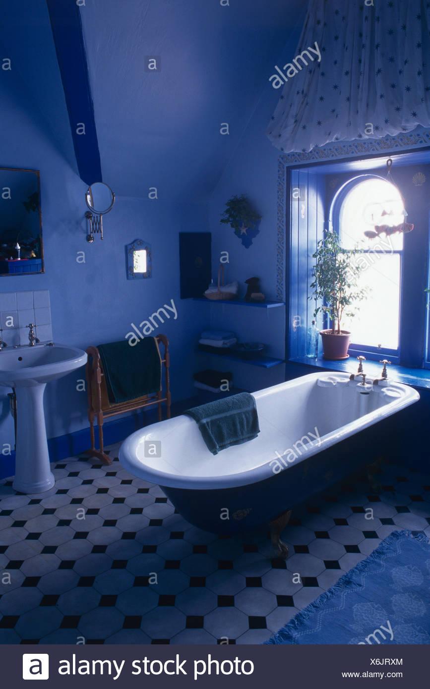 Baignoire à la fenêtre ci-dessous en bleu lumineux salle de bains ...