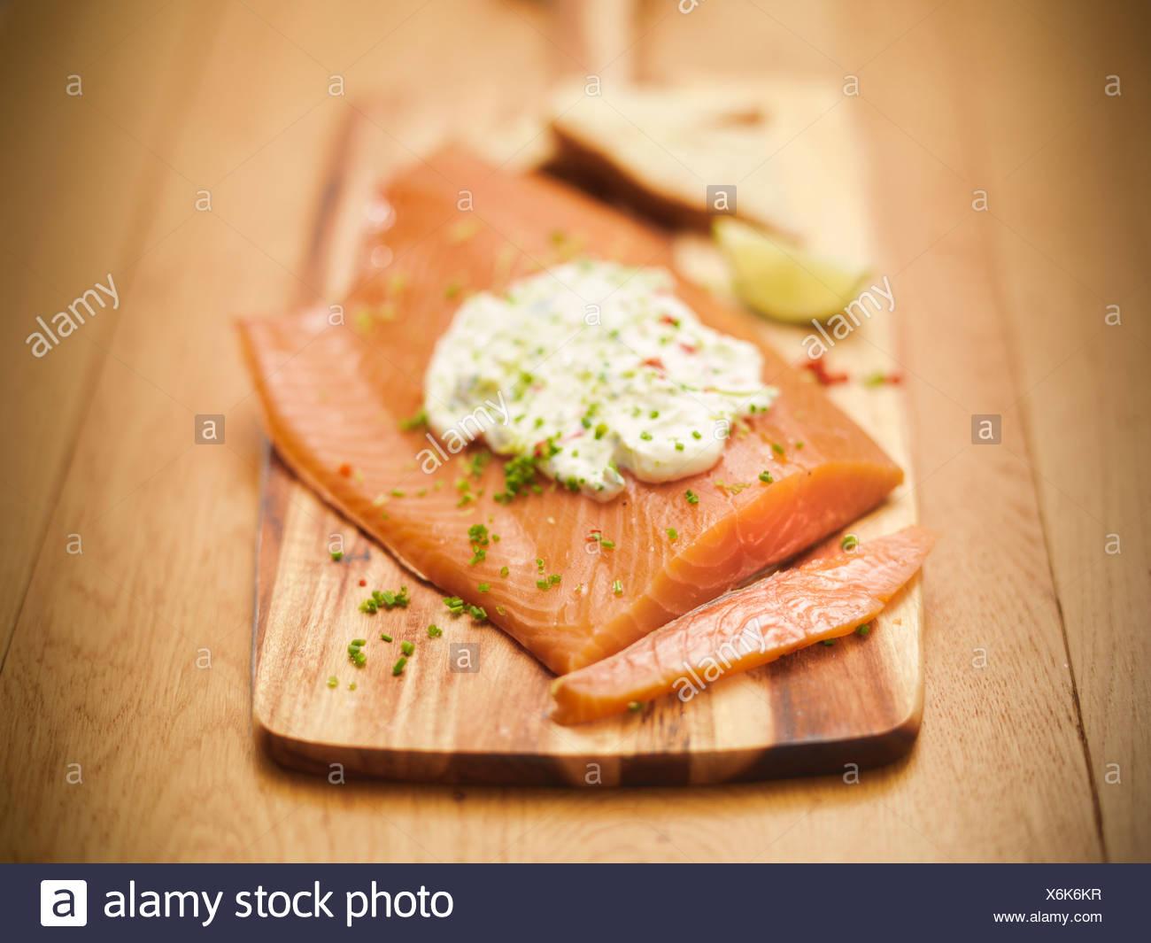 Assiette de saumon avec sauce tartare Photo Stock