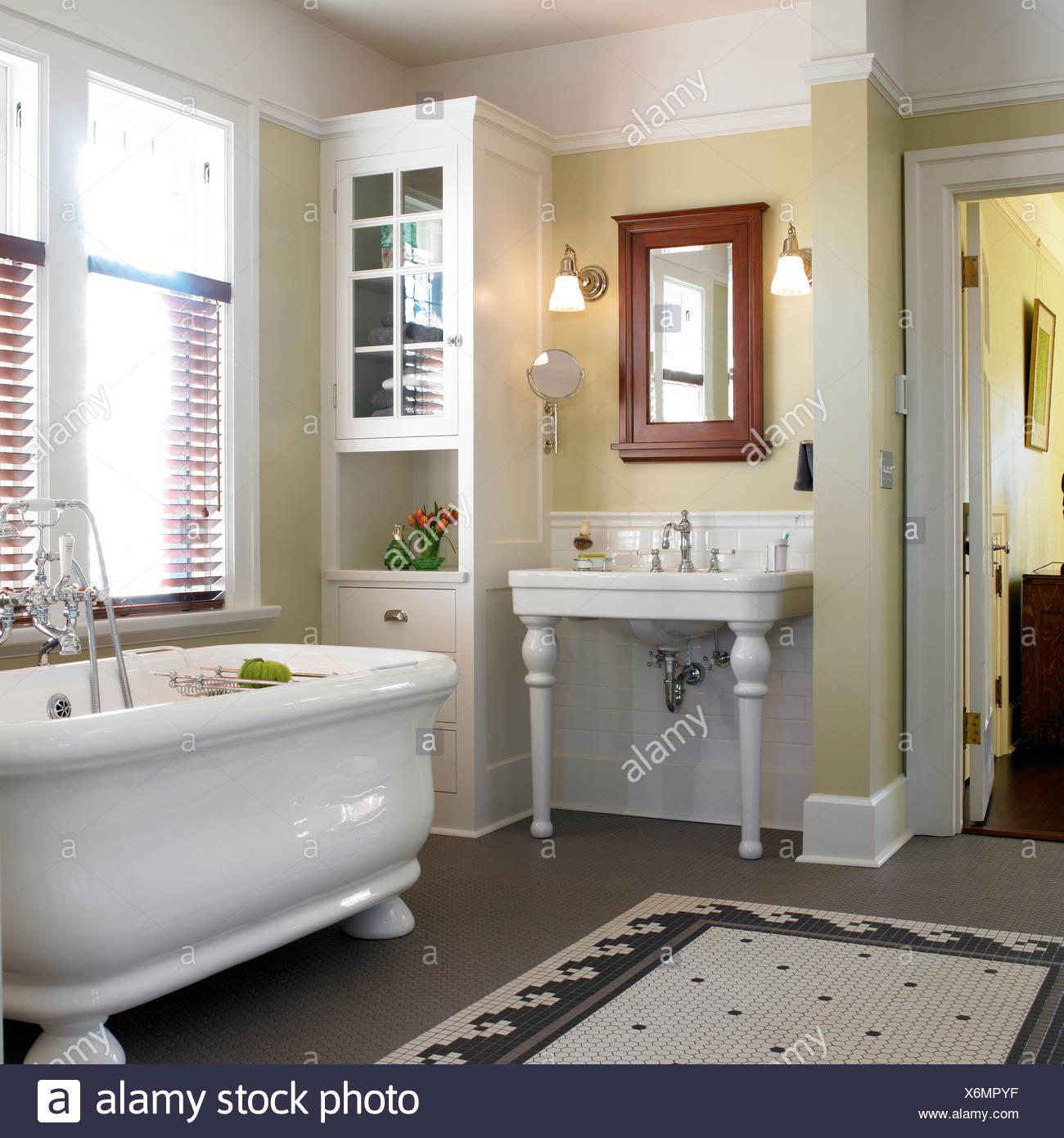 Style Arts and Crafts salle de bains avec grande baignoire blanc ...