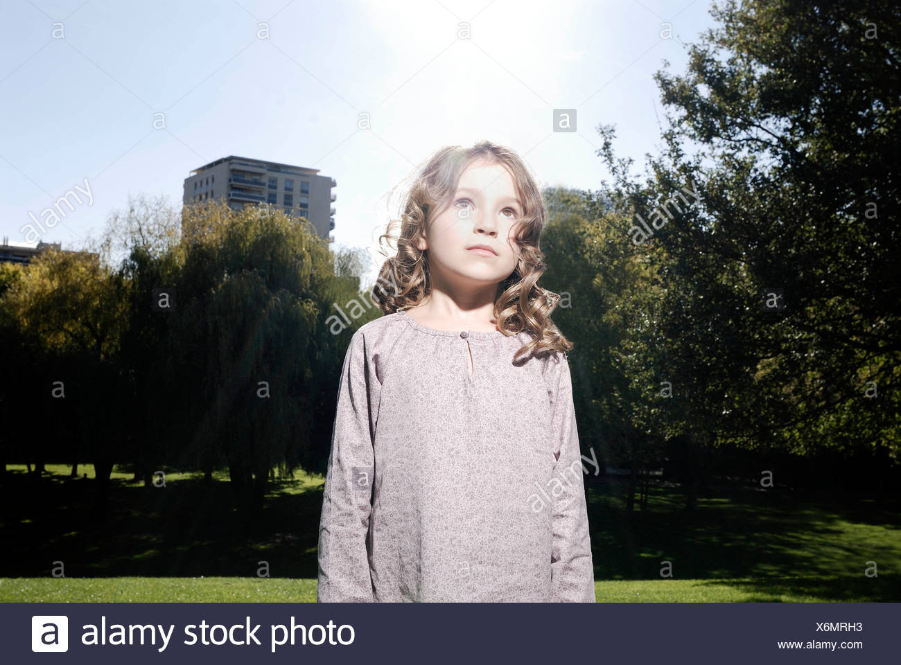 5 ans, fille, regarder le ciel Photo Stock