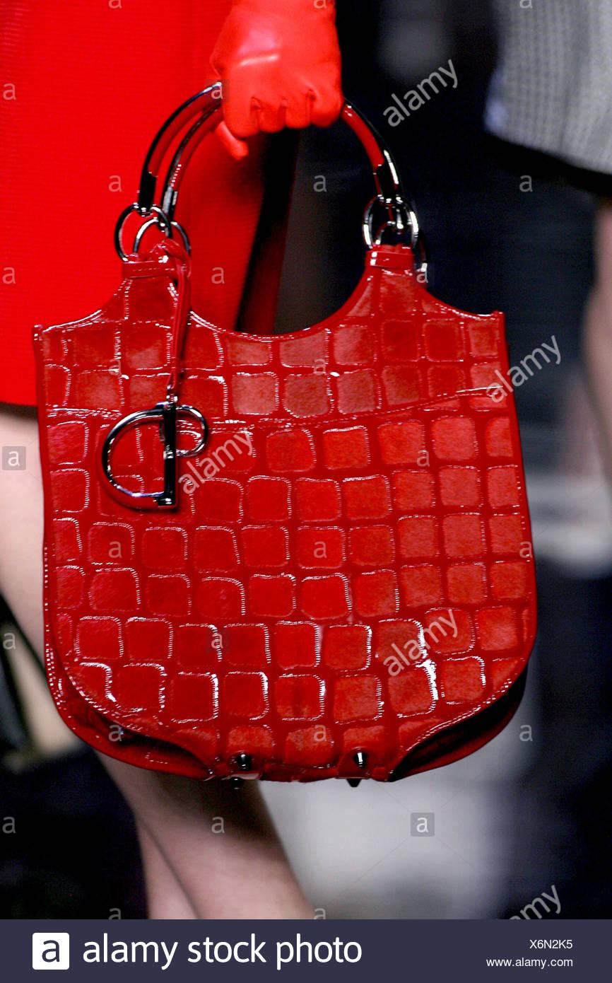 Chloe Paris Prêt à Porter Automne Hiver Mannequin portant des gants en cuir  rouge et tenant 353c70ea7f7