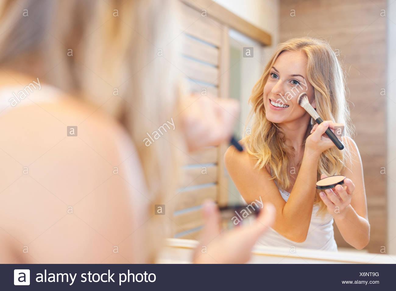 Belle femme blonde faire un miroir en face du miroir. Debica, Pologne Photo Stock