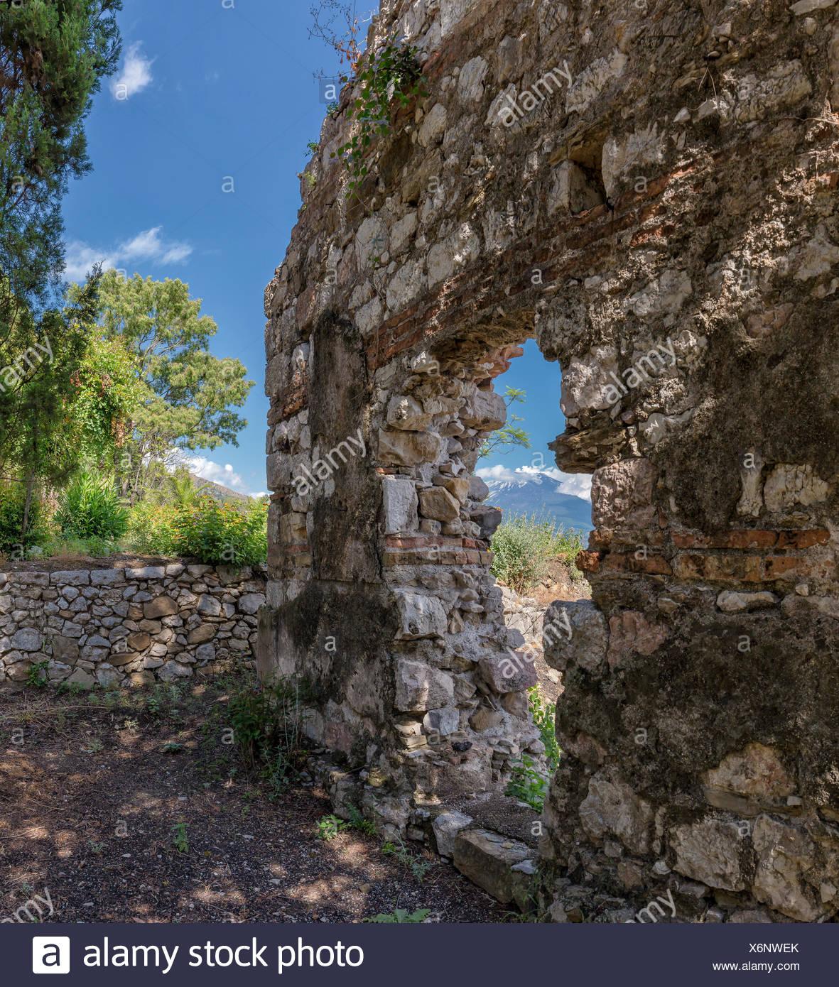 Ancien mur et une vue sur l'Etna Photo Stock